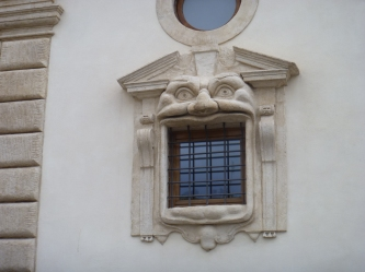 Monster window, Plzto. Zuccari